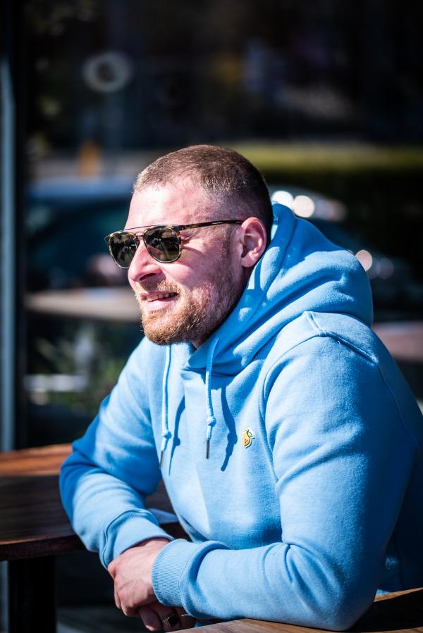 Robert op het terras van zijn eigen zaak Ijzerbar