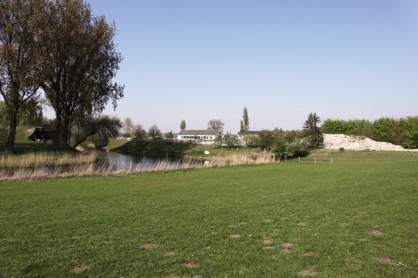Fort bij Aalsmeer, met gestorte gronden en op de achtergrond de Fortboerderij en de contouren van Schiphol Logistics Park | Foto: Podium voor Architectuur