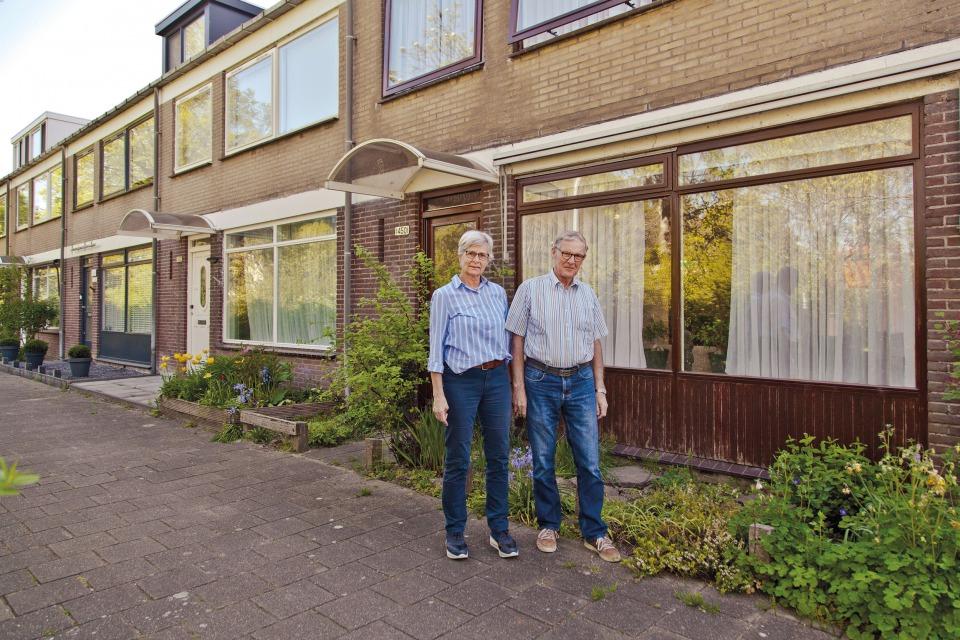 Marion en Fred voor hun woning waar ze bijna vijftig jaar wonen