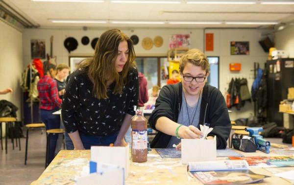 Tessa geeft les in de klas
